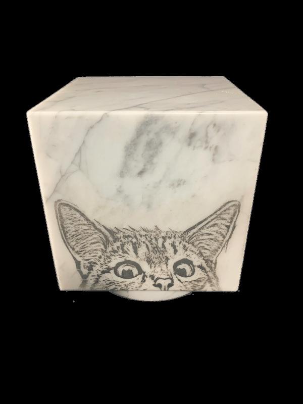 Urn marmeren kubus wit met kat
