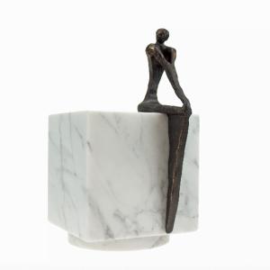 Urn-marmeren-kubus-wit-met-zittend-persoon.